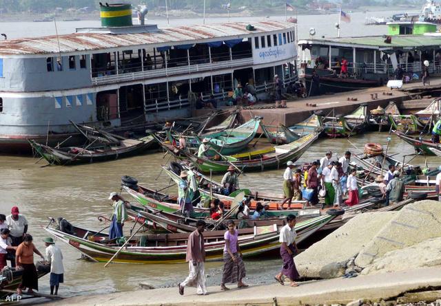 Mianmarban fontos szerepet töltenek be a személy- és teherszállításban a folyami kompok.