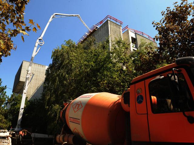 Győr, 2011. augusztus 18. Megkezdték az új helikopter-leszállóhely betonozását a győri Petz Aladár Megyei Oktató Kórház tetején, ahol elsőként épül éjszakai leszállásra is alkalmas leszállóhely.