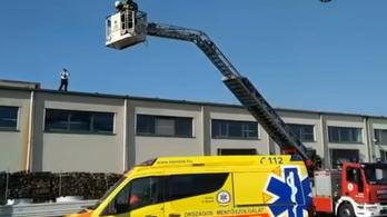 Megijedt a rendőröktől, egy győri gyár tetején akart elbújni