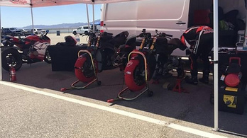 Lecsupaszított Panigale V4 R-eket tesztel a Ducati