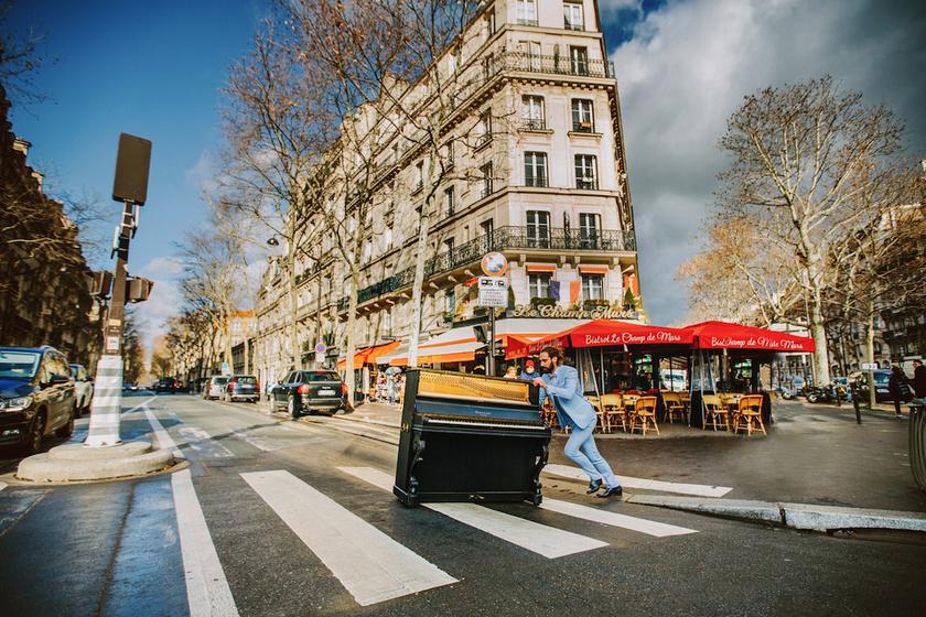 A fotós elárulta, rengetegen csodálkozva, mosolyogva nézték, ahogyan a férfi öltönyben tolja végig a zongorát az utcákon. A legtöbben elképzelni sem tudták, miért teszi.