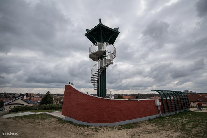 A rendszerváltás után tetőt, lépcsőt és teraszt kapott - kilátóvá alakították a felszabadulási emlékművet Vasváron