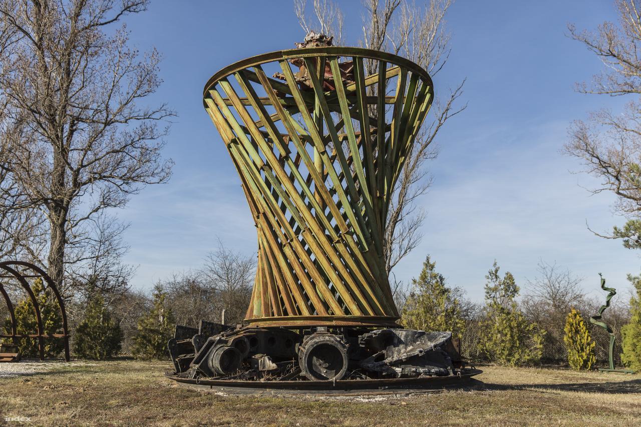 Ezzel az emlékművel, bányaeszközökből épített Suhov-féle hiperboloid toronnyal búcsúzunk a múzeumtól.