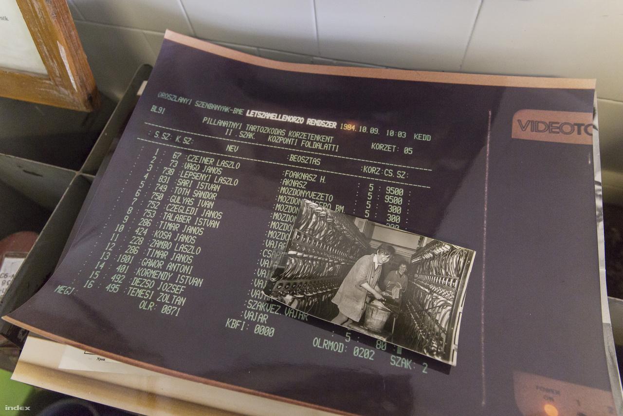 Igazi különlegesség 35 évvel ezelőttről: 1984-es képernyőfotó az oroszlányi szénbányák létszámellenőrző rendszeréről. A kis fotón légzőkészülékek karbantartását végző dolgozók láthatók.