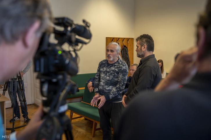 A 2017 decemberében az M5-ös autópályán egy ismerőse lelövésével és egy másik férfi életveszélyes megsebesítésével vádolt török származású, német férfi (balról) büntetőperének tárgyalásán a Szegedi Törvényszék tárgyalótermében 2019. május 2-án.