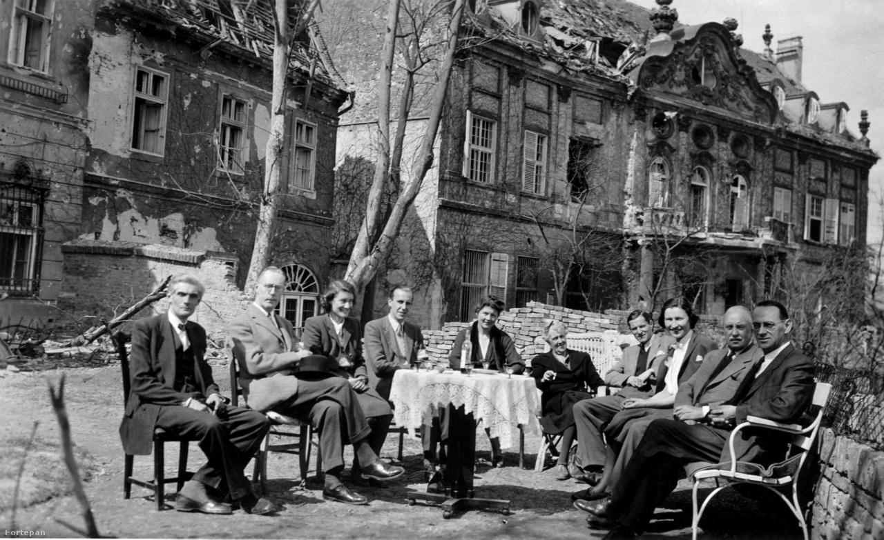 A budai Vár Táncsics Mihály (akkor Werbőczy) utca 1., a korábbi brit követség terasza 1943-ban a bécsi svájci konzulátus látogatóban járó titkárnőivel és 1945-ban a kert, jobbra Carl Lutz svájci diplomata.Lutz nemcsak a bécsi titkárnőket fogadta a háború alatt a Werbőczy utcai rezidencián, hanem házvezetőnőként bújtatta a magát brit alattvalónak valló Csányi Magdát és hétéves kislányát. Az asszonnyal a menekülés hónapjaiban szerelembe esett, a háború után feleségül vette és a család Svájcban telepedett le.