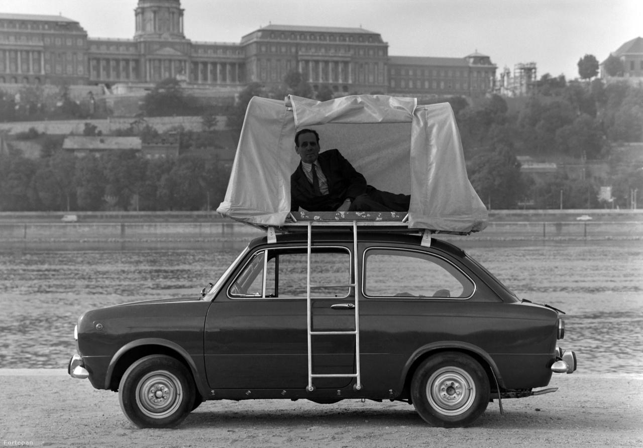 Szocialista reklámfotó 1975-ből, háttérben fővárosunk, BudapestA Főfotó Vállalat egy Pest megyei kisipari termelőszövetkezet csomagtartóra szerelhető alvósátrának reklámkampányára készítette a képet. A létra, a matrac, a sátorváz és a ponyva befért a csomagba, az öltönyös-nyakkendős használó nem minden modellhez járt.