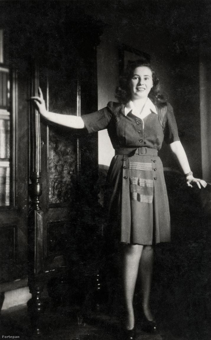 Kislány 1932-ben és 1939-benA fotográfia elterjedésével csökkent azoknak a száma, akik ceruzával az ajtókeretre vagy a falra rajzolva dokumentálták a gyerek növekedését. Ennek a családnak ez a könyvszekrény lehetett a mérce. Hét év alatt a polgári lakás nem sokat változott, de a tizenkét évesen a szende Ágai Irénre hasonlító kislányból tizenkilenc évesen előbújt Karády Katalin.