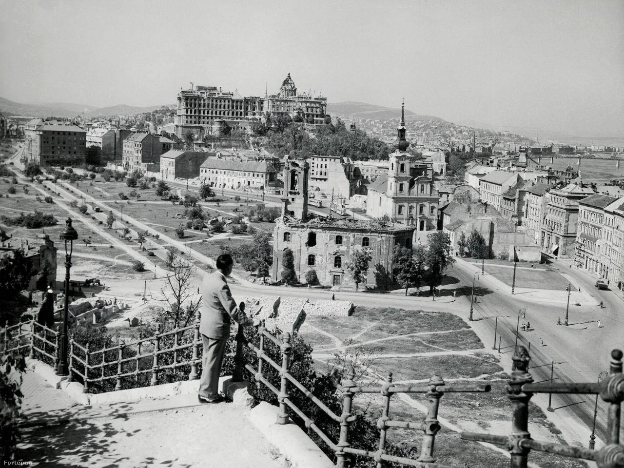 Budapesti látkép a Szent Gellért lépcsőről bombázás előtt és után: 1943-ben és 1946-ban. Az előtérben látszó Szent Demeter szerb templomot azóta lerombolták, az Alexandriai Szent Katalin-plébániatemplom még áll.Karl Lutz, a zsidómentő svájci diplomata szenvedélyes amatőrfotós volt. A Fortepanon szereplő több mint kétszáz fotója között Budapestről több háború előtt-után képpár is felbukkan: minden jel szerint dokumentarista módon törekedett arra, hogy az általa fotózott helyszíneket a rombolás előtt és után is megörökítse. Lutzról ebben a cikkben írtunk részletesen.