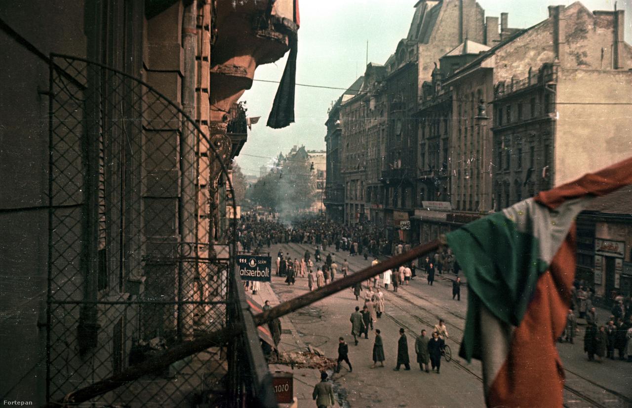A Kossuth Lajos utca a 6-os számú ház első emeleti erkélyéről készített fotókon az 1954-es május elseje és az 1956-os forradalom.Dr. Horváth Miklósék erkélye alatt vonult el a színes történelem, hagyatékában mintegy háromszáz színes, főleg az ötvenes évek Budapestjén készített kép található.