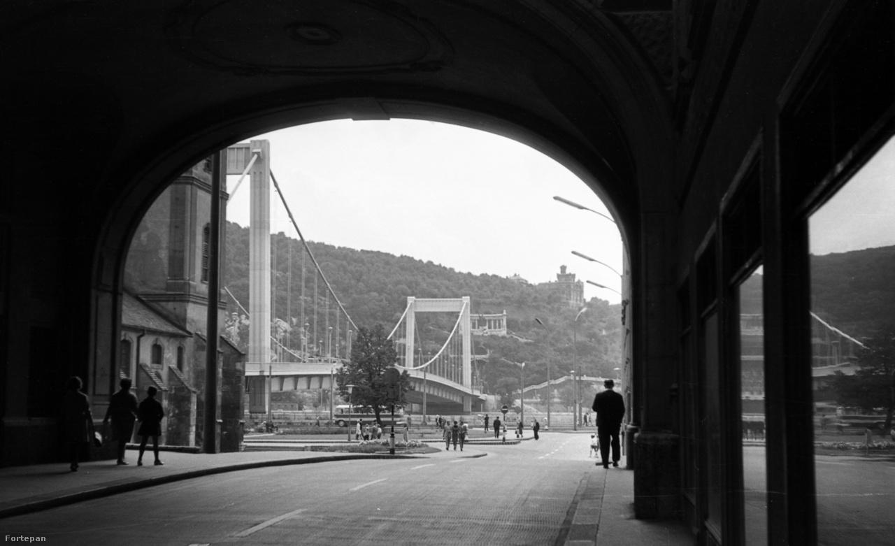 A Piarista köz az Erzsébet híd felé nézve, 1942-ben és 1967-benAz 1903-ra felépült Erzsébet híd eredetileg kiköpött Szabadsághíd volt. Annak, hogy ma már nem így van, a második világháború az oka: a Pestet feladó német katonák 1945 januárjában felrobbantották az összes Duna-hidat. Az Erzsébet híd pesti hídfője azonban torzóként állva maradt, és egészen a hatvanas évek elejéig, az új, Sávoly Pál tervei szerint készült, az eredeti pilléreket is hasznosító híd építéséig a második világháborús pusztításra emlékeztetett.