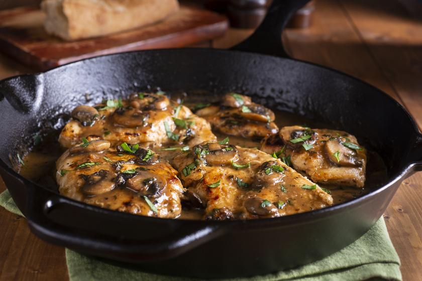 Puha, szaftos csirkemell gombával, borral: az olaszok így szeretik igazán
