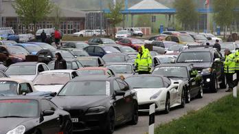 Száznál is több sportkocsi versenyzett illegálisan egy német autópályán