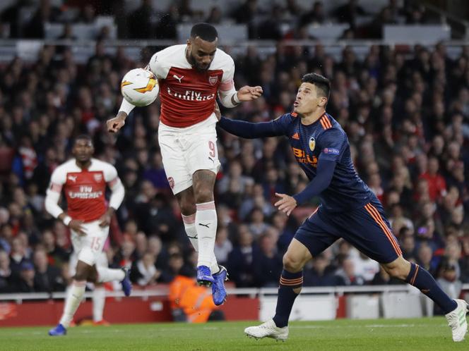 Alexandre Lacazette, az Arsenal játékosa gólt fejel a Valencia ellen az EL-elődöntő első meccsén (ezzel lett az állás 2-1 a londoniaknak)