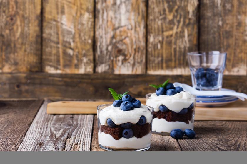 Krémes, áfonyás, csokis desszert pohárban: ezt még sütni sem kell