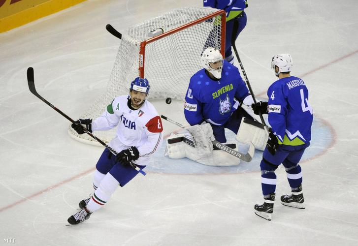 Az olasz Marco Insam valamint a szlovén Gasper Kroselj (j2) és Aleksandar Magovac (j) a divízió I/A-s jégkorong-világbajnokság Szlovénia-Olaszország mérkőzésén a Papp László Budapest Sportarénában 2018. április 28-án.
