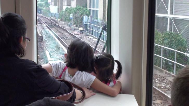 Egy külföldi példa: a londoni DLR-en (Docklands Light Railway) így gondolnak a gyerekekre
