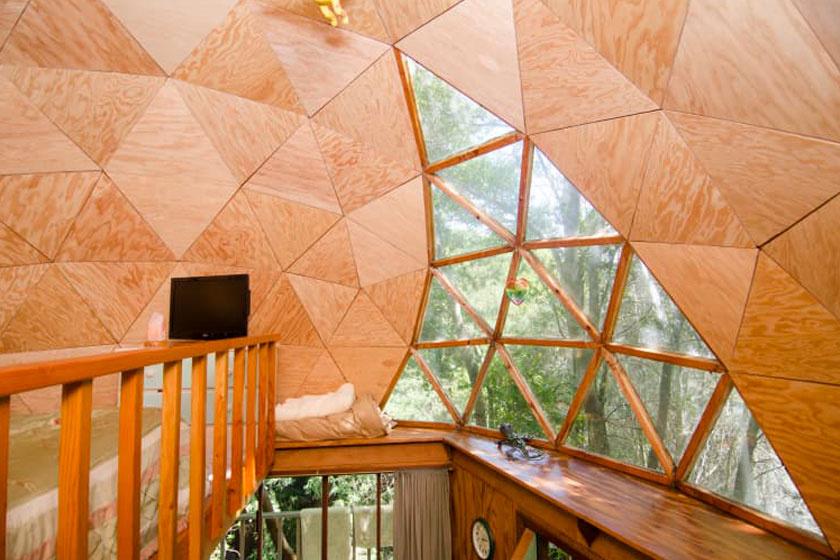 Így néz ki belülről a gombaház teteje, geometrikus ablakokkal.