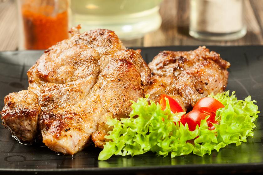 Omlós, fűszeres tarja pácban érlelve: grillen vagy sütőben is elkészítheted
