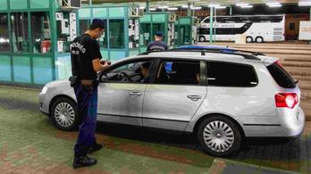 A reptéren és az összes határátkelőhelyen akadozik az útlevélellenőrzés