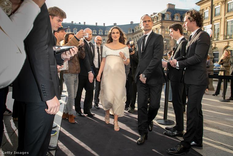 Keira Knightley brit színésznő terhes, derült ki Párizsban csütörtökön a Chanel rendezvényén.