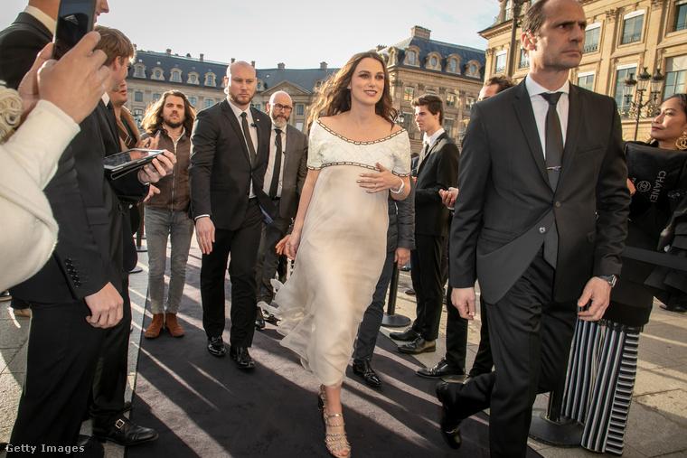 A 34 éves színésznő ruháján keresztül látható formákat minden kétséget kizáró bizonyítéknak fogadta el a sajtó, vagy legalábbis a Daily Mail.