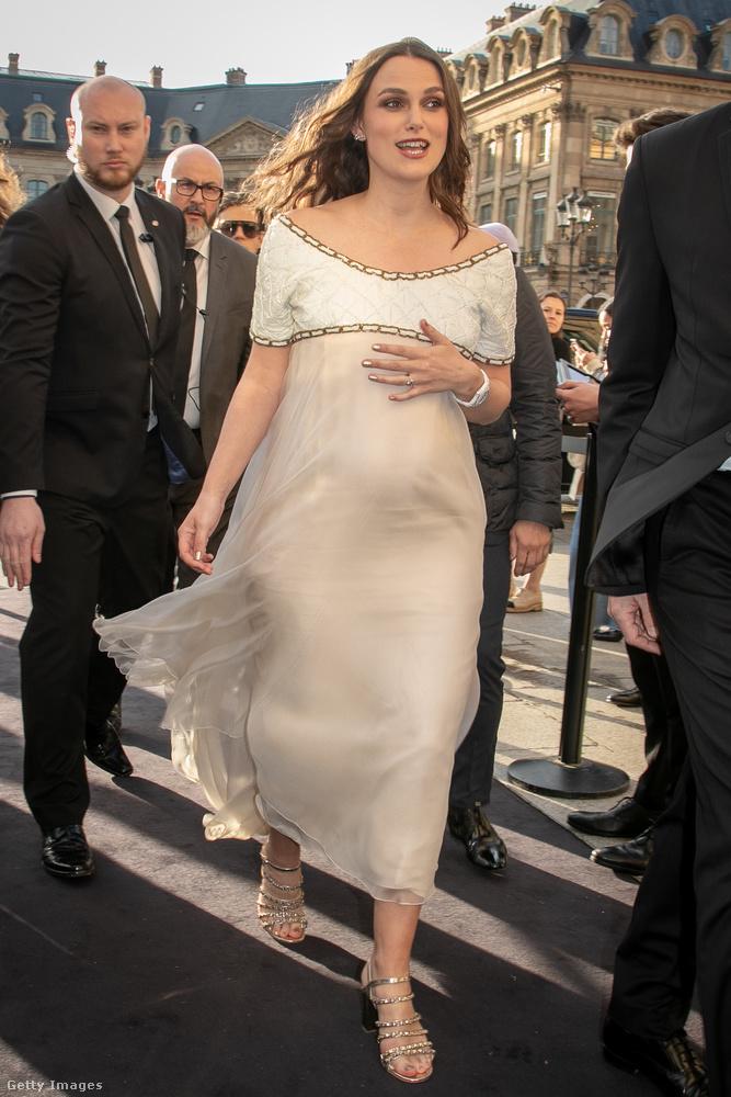 Knightley a terhes nőkre jellemző módon simított végig a hasán.