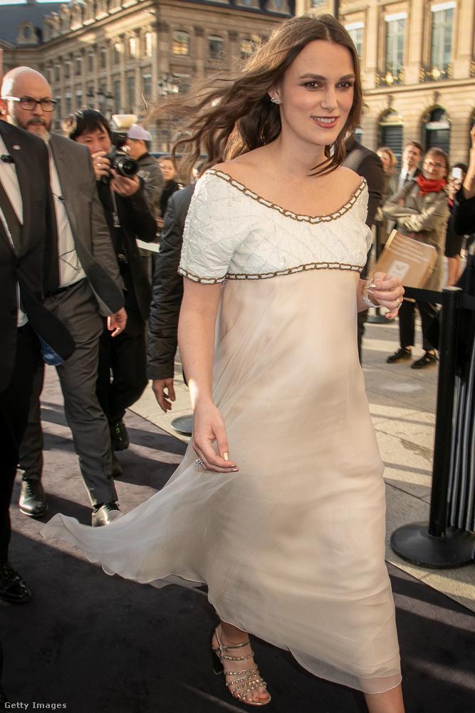 Keira Knightley a Chanel nagykövete lett tavaly, ennek a ténynek nyilván van köze ahhoz, hogy pont ott voltak Párizsban ezen az eseményen.