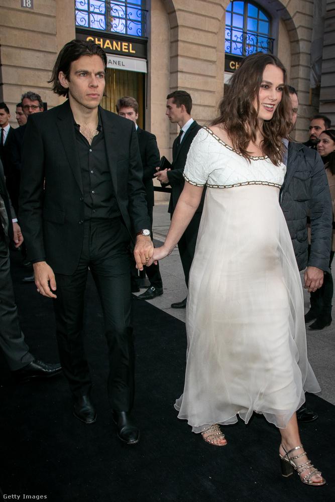 Természetesen a ruha is egy Chanel-ruha.