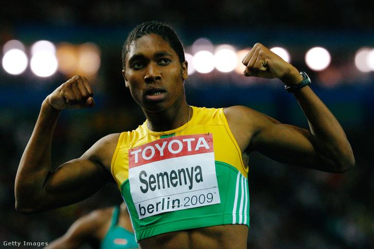 Caster Semenya ünnepli győzelmét a 800 méteres női futás döntőjében, az IAAF világbajnokságon, Berlinben 2009. augusztus 19-én