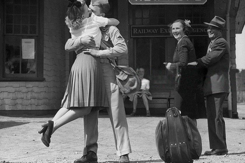Egy fiatal nő szerelmes csókot vált katona szerelmével a connecticuti vasútállomáson 1945-ben. A kép alapján még a járókelők is irigylik őket.