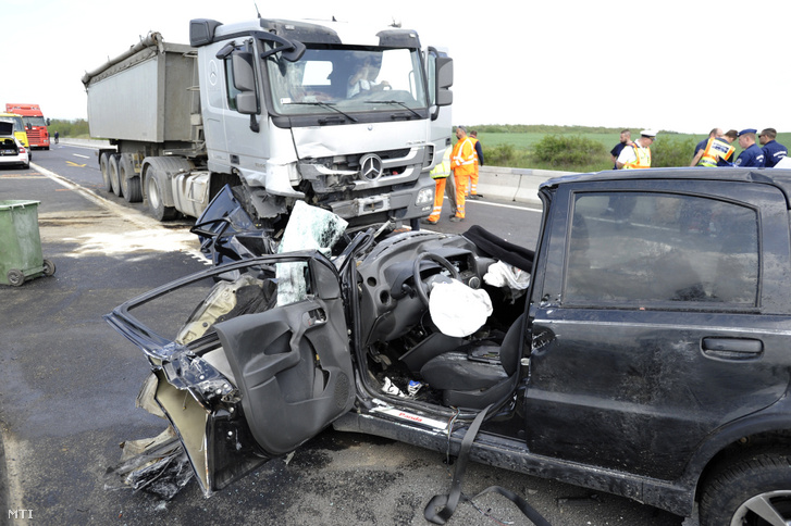 Összeroncsolódott személyautó és kamion az M2-es autóúton Dunakeszi térségében 2019. május 2-án.
