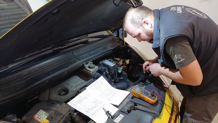 Ő javítja meg az autód, amikor más feladja