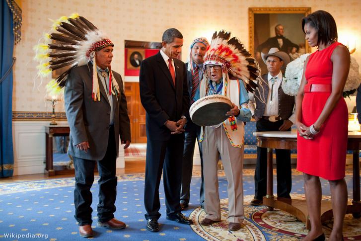 Joseph Medicine Crow a Fehér Házban Barack Obama és Michelle Obama társaságában.