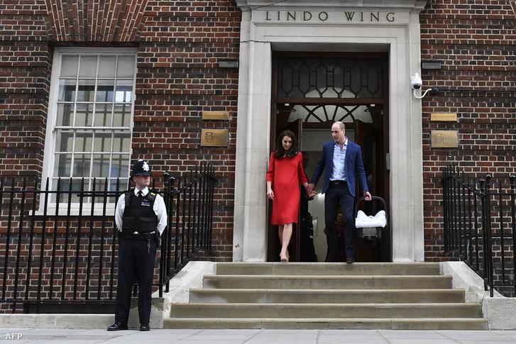 Katalin cambridge-i hercegné és Vilmos herceg hagyja el a St. Mary kórházat az újszülött Lajos cambridge-i herceggel 2018. április 23-án
