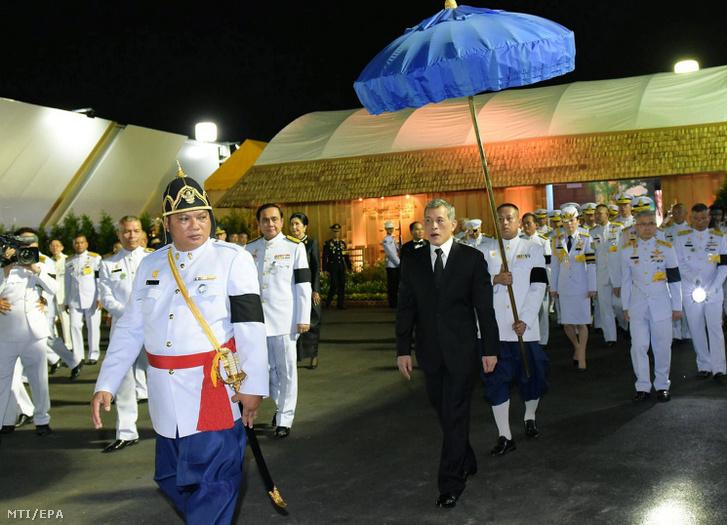 Az új thaiföldi király, Maha Vadzsiralongkorn Bodindradebajavarangkun, azaz X. Ráma a 2016. október 13-án elhunyt édesapja, Bhumibol Aduljadedzs király tiszteletére rendezett kiállítás megnyitójára érkezik Bangkokba 2017. február 9-én.