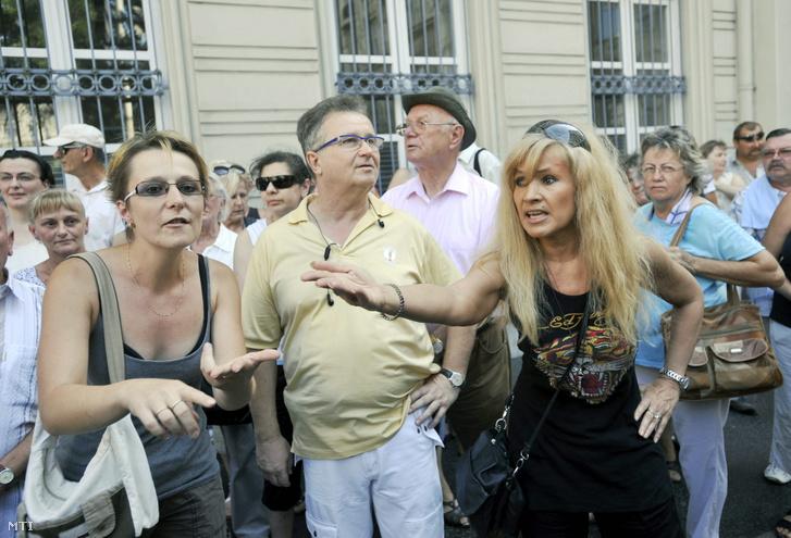 2011. augusztus 26. Bíró Ica életmód-tanácsadó, korábbi modell (j3) magyaráz a Magyar Bankszövetség épülete előtt tartott demonstráción, a József nádor téren, ahol a devizahitelesek helyzetére hívják fel a figyelmet.