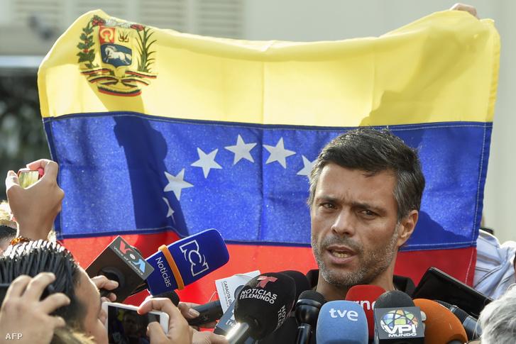 Leopoldo López beszél a caracasi spanyol nagykövetségen 2019. május 2-án.