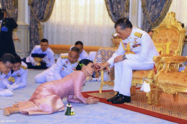 Maha Vadzsiralongkorn és Szuthida Tidzsait (balra) esküvői ceremóniája Bangkokban 2019. május 1-én.