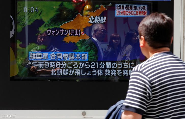 Egy férfi nézi a híreket Tokióban, amiben az Észak-Koreából kilőtt rakétákról számolnak be 2019. május 4-én