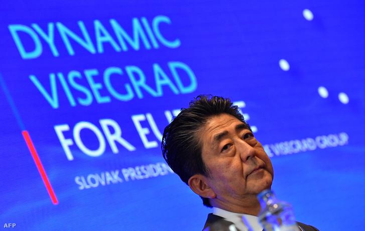Abe Sindzó japán miniszterelnök a visegrádi négyek és Japán vezetőinek pozsonyi találkozóján 2019. április 25-én