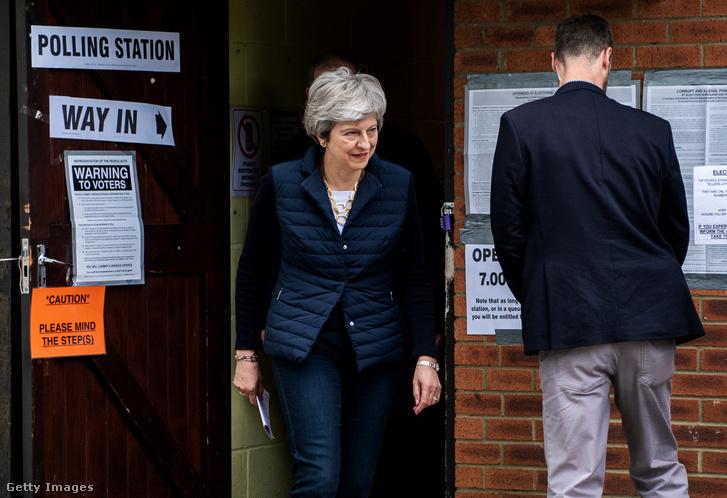 Theresa May elhagyja a szavazó helyiséget, miután leadta szavazatát a helyhatósági választásokon Sonningben 2019. május 2-án