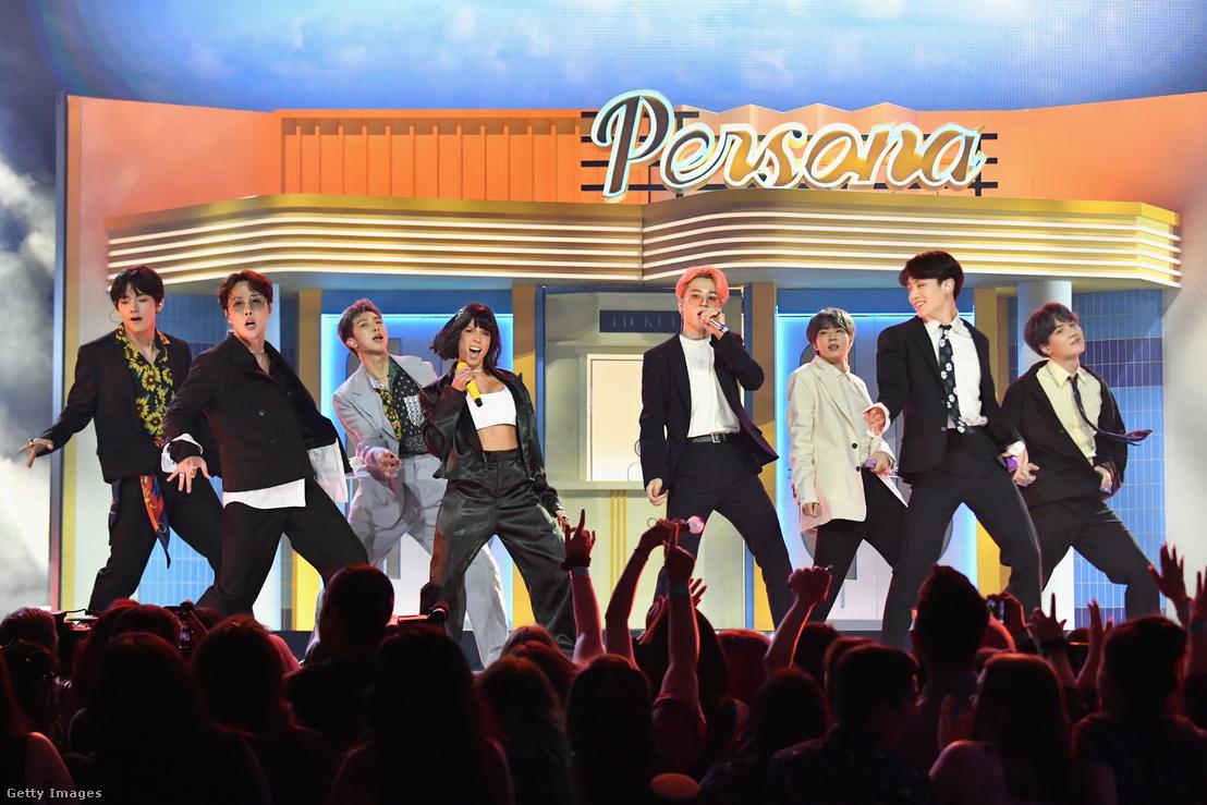 Halsey (balról a 4.) és a BTS előadása a Billboard Music Awards-on Las Vegasban 2019. május 1-én