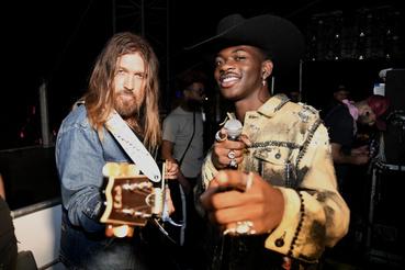 Billy Ray Cyrus (b) és Lil Nas X a Stagecoach Fesztivál backstage-ben Indióban 2019. április 28-án