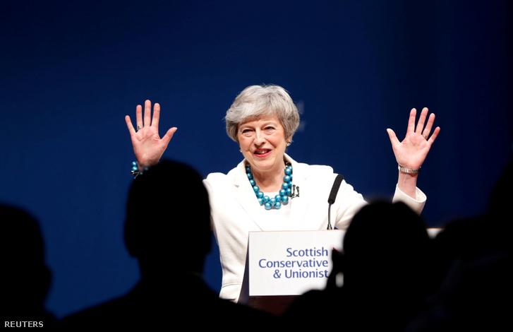 Theresa May miniszterelnök a Ruth Davidson nevével fémjelzett Skót Konzervatív Konferencián, május 3-án, Aberdeenben