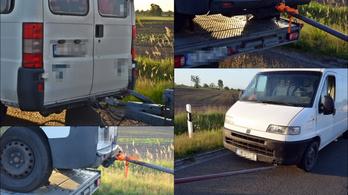 Tréleren szállított kisbuszról vontattak egy furgont az M5-ösön