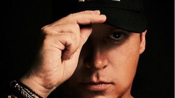 Meghalt egy DJ, miután átment egy üvegajtón