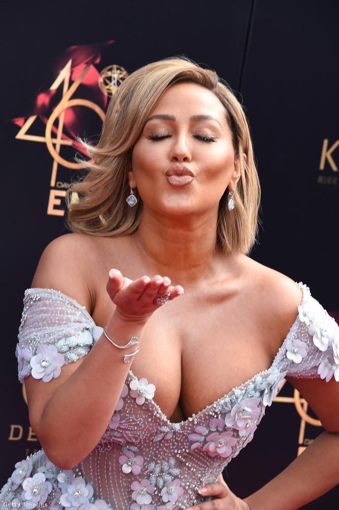 Adrienne Bailon csókoltat mindenkit szeptemberig, az igazi Emmy-kiosztó ugyanis akkor szokott lenni.