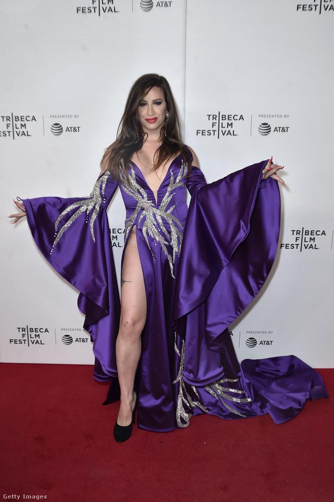 Charlene Incarnate egy transznemű előadó, akivel kapcsolatban már ez első fotó alapján sejthető, hogy nincs rajta semmi a ruha alatt.