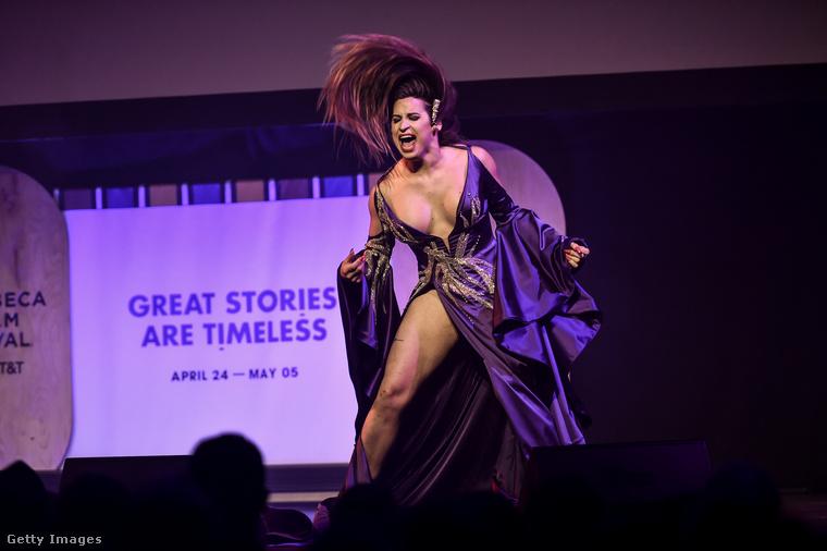 A művésznő mindent beleadott, azt mondja, a punk lelkülete közel áll hozzá, és egyáltalán nem célja, hogy beleilleszkedjen a társadalomba, amit heteronormatívnak talál.